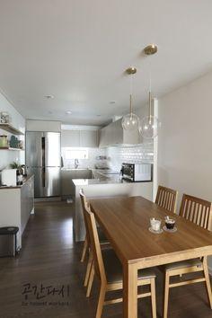 [시공사례] 분당 수내동 푸른마을 신성아파트 / 32평 / 구정 브러쉬골드 애쉬브라운 / 우드 포인트 인테리어 / interior by 공간다시 : 네이버 블로그 Kitchen Dining, Dining Table, Minimal Design, Small Apartments, House Rooms, Kitchen Interior, Home Kitchens, Minimalism, Interior Design