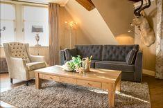 Romantische woonkamer  Hier wordt de gecapitonneerde fauteuil Moulin gecombineerd met de bank Kelso. Contrasterend op elkaar zorgt het voor een frisse maar toch romantische uitstraling in uw woonkamer. Country Living, Dining Bench, Couch, Furniture, Home Decor, Lounge Chairs, Homemade Home Decor, Sofa, Table Bench