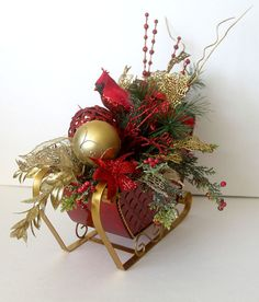 Christmas centerpiece in sleigh Holiday Table Décor by Leopard Easy Holiday Decorations, Elegant Christmas Centerpieces, Christmas Flower Arrangements, Christmas Flowers, Burlap Christmas Crafts, Tabletop Christmas Tree, Christmas Projects, Christmas Design, Christmas Holidays