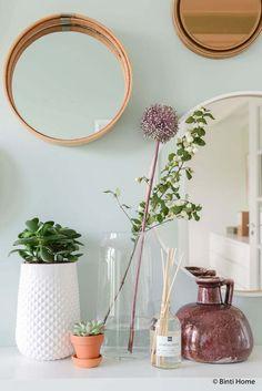 Ronde spiegels, een mint groene wand en opbergtips in de hal • Binti Home Blog   Interieur & lifestyle blog vol stylingtips, DIY's en inspiratie