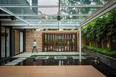 Completed in 2015 in North Jakarta, Indonesia. Images by Mario Wibowo. Located in a residential area in North Jakarta, Indonesia, the 600 sqm house occupies a 440 sqm plot of land. Architect House, Architect Design, Jakarta, Landscape Architecture, Landscape Design, Small Backyard Design, Design Exterior, Modern Tiny House, Eco Friendly House
