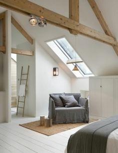 idée-amenagement-comble-placard-sous-pente-blanc-fauteuil-gris-linge-de-lit-blanc-et-couverture-de-lit-grise-couleur-mur-et-sol-blanc