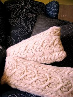 DIY: Chunky cable knit sweater pillow Random moments of design, decor, and other inspiring things -- and the aftermath of the times when. Diy Pillow Covers, Diy Pillows, Throw Pillows, Cushion Covers, Decorative Pillows, Sweater Pillow, Knit Pillow, Chunky Cable Knit Sweater, Chunky Knits