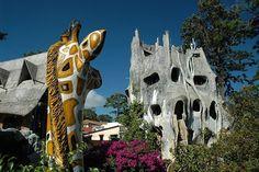 Hang Nga Guesthouse или Сумасшедший Дом (Вьетнам)  Дом принадлежит дочери бывшего президента Вьетнама, который изучал архитектуру в Москве. Дом имеет неожиданные завихрения и повороты, необычные решения были использованы в постройки крыши и комнат. Он похож на сказочный замок и не имеет ни одной прямоугольной формы.
