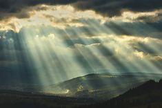 rayons-soleil-balayent-paysage | SooCurious