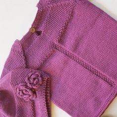 «Detaljer på ryggen  #gulljentagenser #gulljentalue #klompelompe #klompelompebok #dropsgarn #cottonmerino #strikkedilla #jentestrikk #knitstagram»