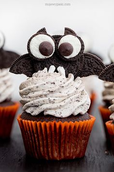chocolate cola cupcakes with vanilla buttercream and oreos - Great eye-catching cupcake idea for Halloween. Halloween Desserts, Halloween Cupcakes, Halloween Food For Party, Halloween Treats, Halloween 2, Halloween Halloween, Cupcake Recipes, Cupcake Cakes, Fun Cupcakes