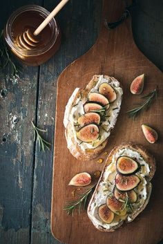 Fig, rosemary and goat cheese // Figue, rosmarin et tartine de chèvre Dinner Themes, Party Themes, Appetizer Recipes, Appetizers, Brunch Recipes, Brunch Ideas, Food For Thought, Food Inspiration, Painting Inspiration