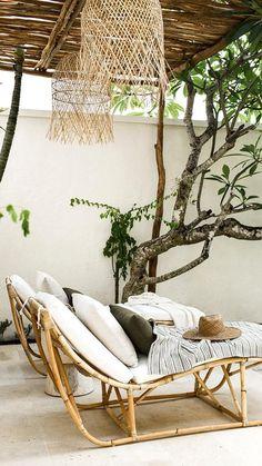 Des transats en matières naturelles comme le bambou c'est l'assurance d'une terrasse qui s'inscrit parfaitement dans son environnement