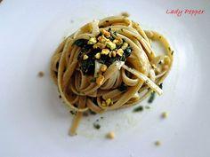 Fettuccine basilico e pistacchi #ricetta di @gcurrenti Dal Recipe, Pesto, Spaghetti, Stuffed Peppers, Cooking, Lady, Ethnic Recipes, Food, Kitchen