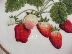 イチゴの刺しゅう(1) 、 イチゴの刺しゅう(2 )と、続いて、今回(3)で、ようやく完成。  いや、一応、ひとまず完成と言っておこう。  まだまだ、イチゴは、刺しゅうしてみたいモチーフだから。       前回(2)では、ここまで刺繍してあった。   イチゴの右上の空いている部...