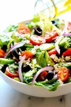 Salade Grecque : 5 tasses de laitue hachée, 1 petit oignon rouge tranché finement, 1 concombre tranché finement, 1/2 tasse de tomates cerises coupées en deux, 1/4 tasse d'olives, 1/4 tasse de fromage de chèvre émietté, du sel et du poivre.  Recette : Placez tous vos ingrédients dans votre plat, versez une vinaigrette, du sel et du poivre et vous pouvez déguster.