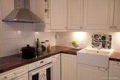 Design-talojen keittiöt ovat Topi-keittiöiden mallistosta. Tasoksi valikoitui kestävä laminaatti, joka tilattiin Aka-keittiöiltä. Blancon Panor posliiniallas sopii hienosti kodin maalaisromanttiseen henkeen. Hana Oras ja uuni Rosenlew.