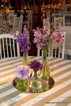 Decoração mesa de convidados - lilás e roxo - arranjo pequenos - déco mariage violet et lilás - petits bouquets - table des invités - wedding decoration purple and lilac - guest's table - flowers