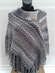 Knitting poncho sweater tricot ideas for 2019 Crochet Poncho Patterns, Crochet Shawls And Wraps, Sweater Knitting Patterns, Crochet Scarves, Loom Knitting, Crochet Clothes, Crochet Stitches, Knit Crochet, Crochet Hats