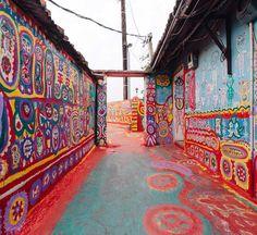 """在台中,有一個被譽為彩虹眷村的地方。這個現今遠近馳名的旅遊勝地便是一個曾經衰敗的眷村。作為眷村里早期居民之一的黃永阜,即是見證此地盛衰之人,亦是將此地重整旗鼓之人。他憑藉一己之力,將鮮豔炫目的色彩,搬上這裡的一幕幕牆、一扇扇門,甚至一條條街。於是,他""""彩虹爺爺""""的美譽便由此而來。"""