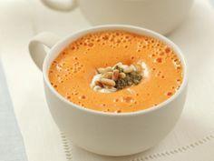 PAPRIKASOEP MET ZURE ROOM EN PESTO - Snijd 4 rode paprika's in blokjes en 1 teen knoflook in plakjes - stoof ze samen met de 1 rode chilipeper in de boter - schenk 750 ml. groentebouillon bij en laat 10 minuten zachtjes koken - pureer de soep - mix de soep schuimig met 175 gr. zure room - kruid met zout en cayennepeper - rooster 2 el pijnboompitten en vijzel met de 2 basilicumblaadjes, 1 el parmezaan en olie plus wat zout - serveer de soep met room, pesto en pijnboompitten.