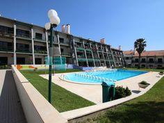 Apartamento T2 Duplex, último andar com vista mar em condomínio fechado com varanda para a piscina comum e zona relvada e ajardinada. Fica a praia de São Pedro Moel e Nazaré. Tem garagem fechada e é composto por cozinha, sala, 2 quartos, 2 casas-de-banho, varanda, e um mezaninne que liga ao piso superior.  #apartamento #praia #pedradoouro #leiria #imoveis #apartament #piscina #pool #beach #portugal #t2 #duplex