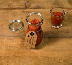 Molho de tomate com alho e manjericão | Receita Panelinha: Temperado com manjericão e alho, este molho de tomate tem um sabor mais neutro, mais tradicional. Ótimo para acompanhar massa caseira, lasanha e shakshuka.