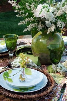 As a lover of green, both indoors & out, Mikasa's Daylight Dinnerware appealed to me when I first saw it, with its fresh, crisp design. I loved the vibrant green leaves. Beautiful Table Settings, Deco Table, Decoration Table, Place Settings, Shades Of Green, Tablescapes, Dinnerware, Centerpieces, Home Decor