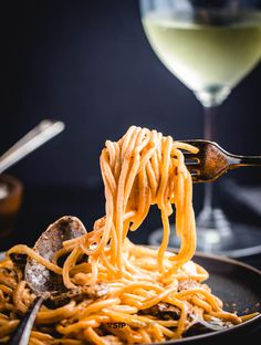This mushroom brandy cream sauce pasta makes the perfect weeknight meal and only has a few ingredients. Quick Recipes, Pasta Recipes, Recipe Pasta, Creamed Mushrooms, Stuffed Mushrooms, Brandy Cream Sauce, Tomato Cream Sauce Pasta, Creamy Pasta Dishes, How To Cook Mushrooms