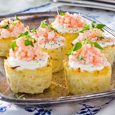 Potato muffins with cheddar cheese and shrimp Raw Food Recipes, Side Recipes, Cooking Recipes, 300 Calorie Lunches, Swedish Recipes, Appetisers, Love Food, Tapas, Food To Make