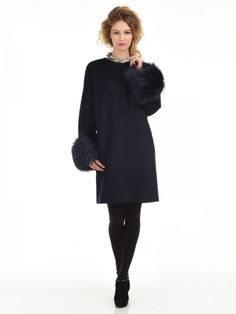 Прямое пальто без воротникаСостав100% Roayl беби сури альпакаОсобенности моделирукав кимоно с отделкой окрашенным мехом лисыкарманы прорезныедополнено поясомдлина изделия 90смцвет:глубокий тёмно-синий