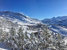 Alpe d'Huez sous le ciel bleu. www.ski-alpedhuez.com