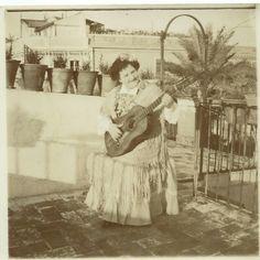 Señora sonriente tocando  la guitarra Sevilla Flamenco.