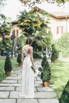 Bridal session in Italy | Sara D'Ambra Photography | see more on: http://burnettsboards.com/2015/01/pure-white-monochromatic-bridal-session/