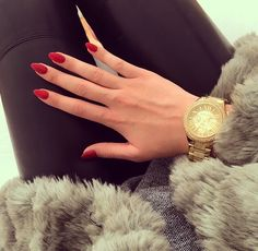 oval red nails