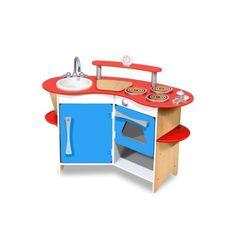 """Deze keuken is voorzien van een uitneembare gootsteen, een 3-pits kookplaat, een oven met klikkende knoppen, een koelkast, opslag planken, een """"snijplank"""" en een echte, werkende timer... Alles wat een jonge chef-kok nodig heeft is aanwezig in deze compacte en efficiënte keuken met stevige houten constructie!Afgebeelde accessoires niet meegeleverdAfmetingen gemonteerd : L93,5 x H74 x D40,5 cmLeeftijd : 3"""