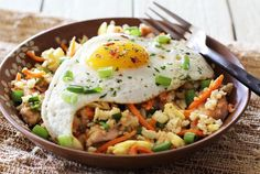 Craving fried rice? Don'ttake your chances with takeout...here'sa super-easy way tomake healthy chicken fried riceat homethat's both paleo and Whole30 compliant. I've always loved Asian foods...especiallyfried rice. But not so much the MSG, soy sauce and whatever else some of those carryout places add to the mix. And then there's thepre-cooked meat they usewhich istypicallysmall, dry andkind ofstringy.And add to all thatgrain rice – that's anotherbig no...