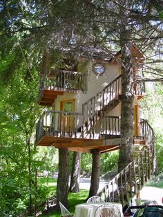 Trendy tree house to live in awesome green life Treehouse Living, Cool Tree Houses, Tree House Designs, Small Woodworking Projects, Trendy Tree, Tree Tops, In The Tree, Green Life, Utah