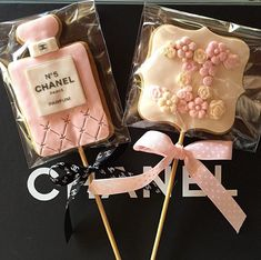 Uploaded by AprylLovePink. Find images and videos about chanel, chanel cake pop and chanel pink bow on We Heart It - the app to get lost in what you love. Chanel Birthday Party, Chanel Party, 50th Birthday Party, Chanel Bridal Shower, Cookie Pops, Festa Party, Cookie Designs, Cookie Decorating, Cupcake Cakes