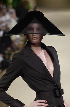 Yves Saint Laurent, Haute-Couture fall/winter 2001/02 www.fashion.net