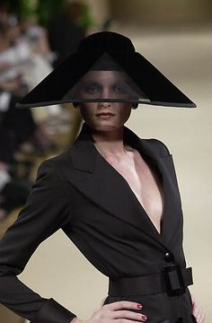 Yves Saint Laurent, Haute-Couture fall/winter 2001/02 www.fashion.net