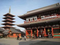 Templo Sensoji en Tokio. Un poco del incienso encendido que se encuentra ardiendo en el templo sobre una parte dolorida de tu cuerpo valdrá para curarlo.