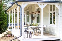 Terrasse fylde mere ud over altan-arealet. House With Porch, House Front, Front Verandah, Carports, Gravity Home, Yellow Houses, Backyard Retreat, Scandinavian Home, Pergola Plans