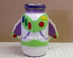 Se trata de una creación de Firefly Fuzzy original hecho a mano.  Estas jarras son a mano alzada pintado con pintura acrílica. Las alas son hechos a mano y pintado a mano. Woody tiene su funda y un lindo pañuelo para añadir alguna dimensión. Este tarro es su frasco de tamaño estándar.  Grande como una mesa de fiesta a lo largo del lado de una torta o dulces. Divertido en fiestas temáticas que han añadido toque especial. O como un servicio de decoración para los profesores etc..  Este…