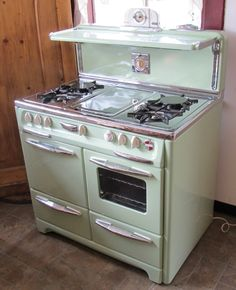 Outdoor Kitchen Area – The Dynamics of Taking Your Cooking Outside! Antique Kitchen Stoves, Vintage Kitchen Appliances, Antique Stove, Cooking Stove, Cooking Ribs, Cooking Turkey, Romantic Kitchen, Bungalow Kitchen, Old Stove