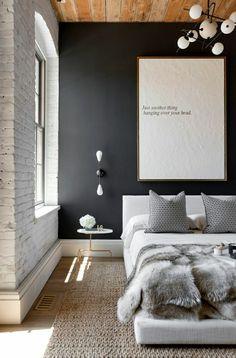 une belle variante de chambre a coucher, mur gris, descente de lit