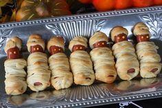 Enroladinhos de salsicha que parecem múmias.