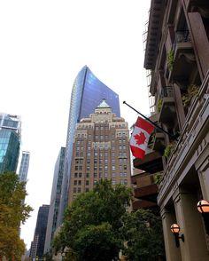 Marine building est situé Downtown Vancouver près du district financier et conçu par McCarter Nairne et ses associés. Il est célèbre pour son architecture et a été à un moment le plus haut building de la ville. Si ce building vous dit quelque chose c'est que vous avez du le voir dans le show télé Smallville car il était le siège du Daily Planet ou encore dans les films les 4 fantastiques.  The Marine Building is a skyscraper located Downtown Vancouver near the Financial District designed by…