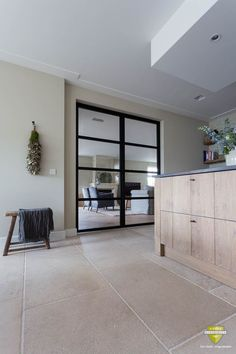 Burgundian limestone floor in Oedenrode Concrete Kitchen Floor, Tile Floor Diy, Kitchen Flooring, Küchen Design, Floor Design, House Design, Interior Design Living Room, Living Room Decor, Limestone Flooring