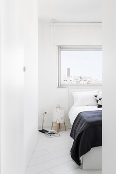 An All-White Apartment in Tel Aviv That's Anything But Boring – Design Milk Yatak odası – home accessories White Apartment, Apartment Bedroom Decor, Interior Minimalista, Minimalist Home Decor, Minimalist Interior, Minimalist Architecture, Loft House, Interior Exterior, One Bedroom