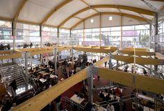 So sieht unsere Doppelstock-Zelthalle, die Emperor, von Innen aus. Sie bietet viel Platz für Gespräche und Begegnungen.