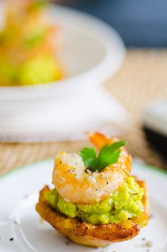 Bananen-Häppchen mit Shrimps und Avocado | http://eatsmarter.de/rezepte/bananen-haeppchen-mit-shrimps-und-avocado