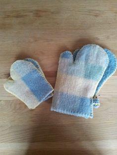 Oven handschoenen groot en klein (kinder) van oude wollen dekens gemaakt, met locksteek en festonsteek afgewerkt.   Te koop voor 15 en 7,50 euro.