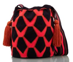 SUSU Accessories take on animal print! A collaboration between SUSU and Colombian designer Alexandra de Brigard brings you the WÜI Collection inspired by SNAKES native of Colombia. Tapestry Bag, Tapestry Crochet, Bead Loom Patterns, Knitted Bags, Loom Beading, Hand Knitting, Bucket Bag, Purses And Bags, Hand Weaving